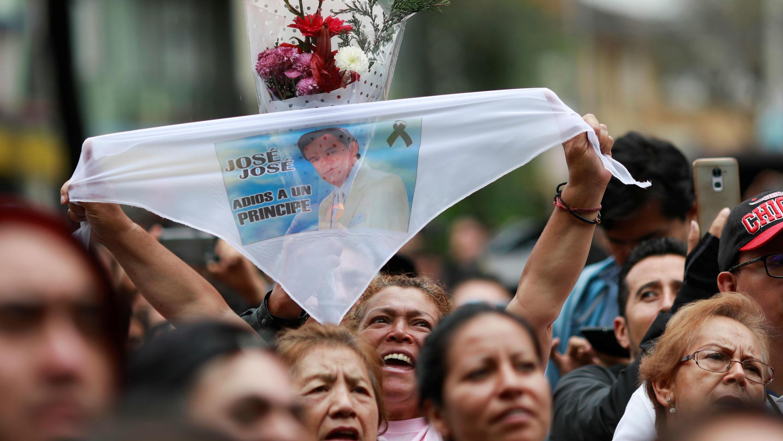 Los fanáticos en uno de los homenajes al cantante José José, en la Ciudad de México, México, el 29 de septiembre de 2019.