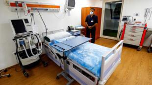 موظف في مجال الصحة داخل غرفة في مستشفى شرم الشيخ الدولي بتاريخ 19 حزيران/يونيو 2020