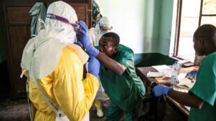 Los trabajadores de la salud usan equipos de protección mientras se preparan para atender a los pacientes con sospecha de ébola en el Hospital Bikoro, epicentro del último brote de ébola en RD del Congo. 13 de mayo 2018.