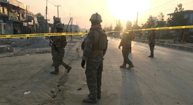 El 3 de septiembre de 2019, las fuerzas de seguridad afganas vigilan el lugar de la explosión en Kabul, Afganistán, ocurrido un día antes.