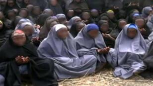 Les lycéennes enlevées le 14 avril 2014 par Boko Haram à Chibok, au Nigeria, dans une vidéo du groupe islamiste obtenue par l'AFP.