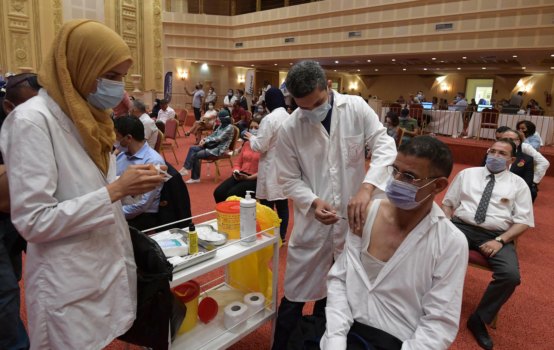 Des professionnels du tourisme se font vacciner contre le Covid-19, le 4 juin 2021, à Tunis.