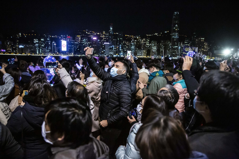 À Hong Kong, malgré les restrictions, quelques rares fêtards se sont aventurés sur le front de mer du port Victoria pour faire des selfies.