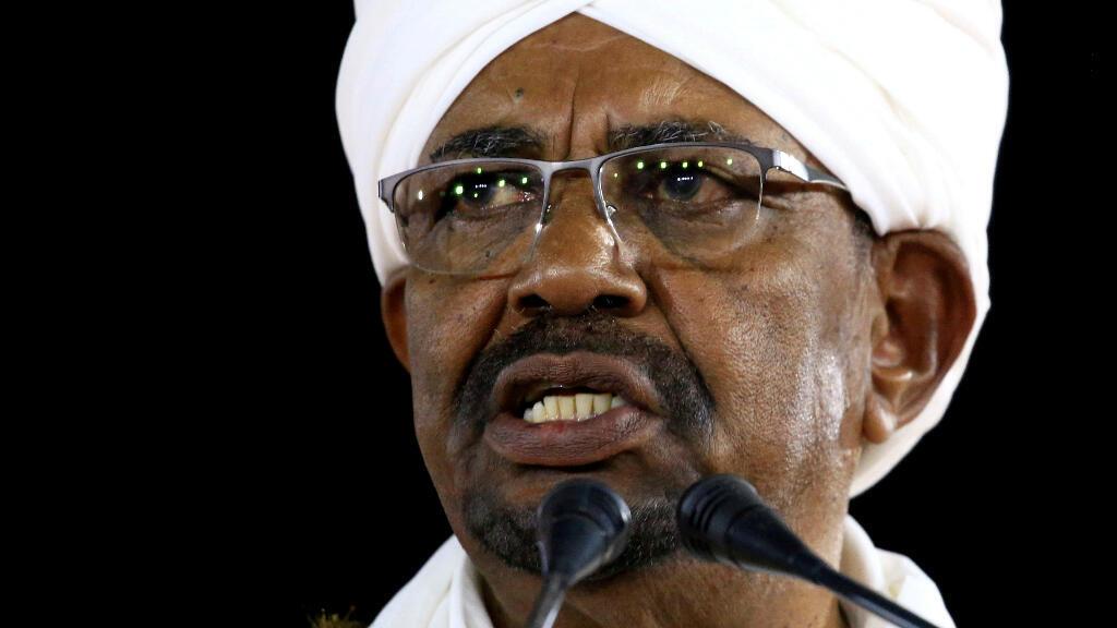 Imagen de archivo. El presidente Omar al-Bashir pronuncia un discurso en el Palacio Presidencial en Jartum, Sudán, el 22 de febrero de 2019.