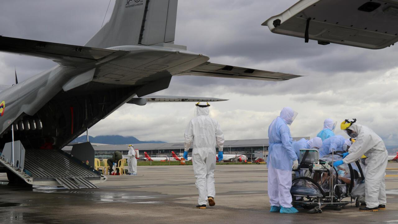 Miembros de las Fuerzas Militares de Colombia mientras trasladan a un contagiado con Covid-19 el 17 de mayo de 2020 desde el departamento del Amazonas hasta Bogotá.