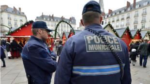 La police municipale en patrouille sur le marché de Noël de Nantes, le 23 décembre 2014.