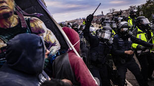 Partidarios de Trump se enfrentan a la policía durante la manifestación de apoyo a Trump frente al capitolio