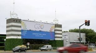 مدخل مركز كوستا سالغيرو حيث ستعقد قمة العشرين، في 27 ت2/نوفمبر 2018 في بوينس آيرس