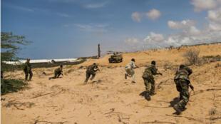 Des soldats de l'armée nationale somalienne effectuent un exercice sous la direction de formateurs de l'UE