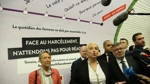 """La dirigeante da la RATP, Elisabeth Borne (à g.), et  les secrétaires d'État Pascale Boistard (Droits des femmes)  et Alain Vidalies (Transports) lançant la campagne """"Stop - Ça suffit"""" dans le métro parisien."""
