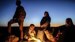"""لاجئون من مدينة """"عين العرب"""" عند وصولهم الى مرشد بينار في تركيا"""