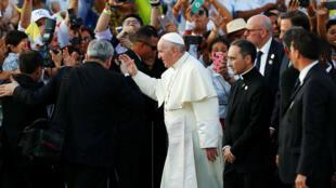 El papa Francisco se despide de un grupo de seguidores en el Aeropuerto Internacional de Tocumen en Ciudad de Panamá. 27 de enero de 2019.