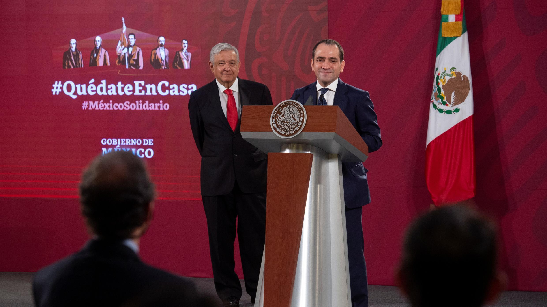 El ministro de Finanzas de México, Arturo Herrera, y el presidente de México, Andrés Manuel López Obrador, asisten a una conferencia de prensa sobre los planes del gobierno para la reforma de las pensiones, en el Palacio Nacional de la Ciudad de México, México, 22 de julio de 2020.