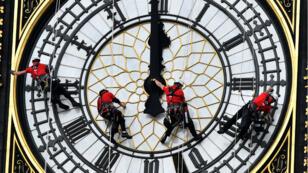 Técnicos delante de la esfera del reloj Big Ben, el 19 de agosto de 2014.