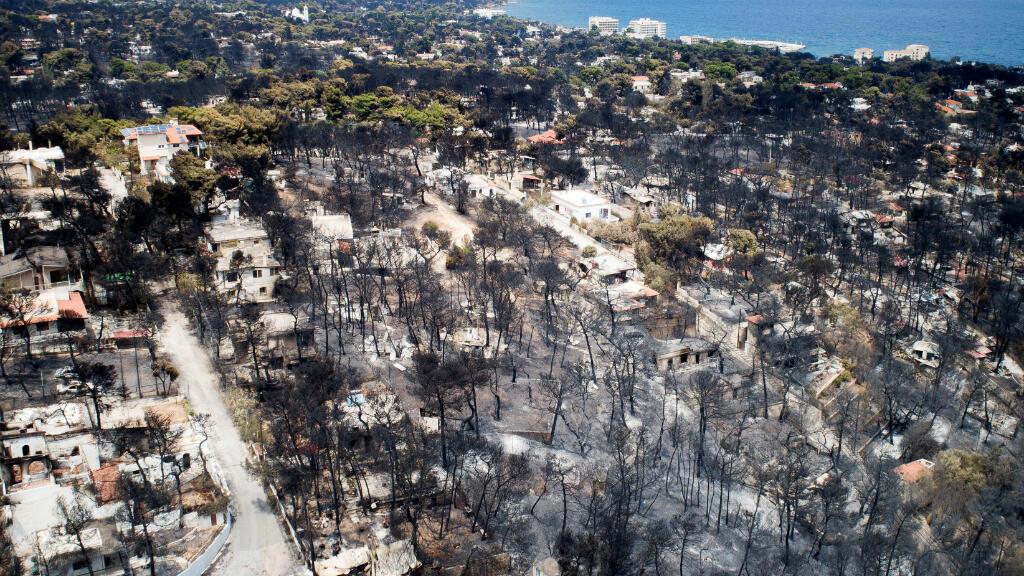 Una toma aérea de la devastación causada por un incendio en una población cerca a Atenas, Grecia.