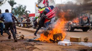 La violencia estalló tras el arresto del líder de la oposición Bobi Wine, el principal oponente del presidente Yoweri Museveni en las elecciones de enero.