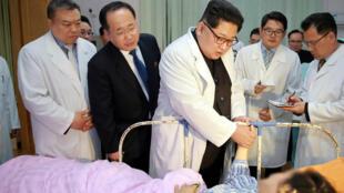Le dictateur nord-coréen, Kim Jong-un, au chevet de survivants de l'accident d'un autocar chinois, le 23 avril 2018.