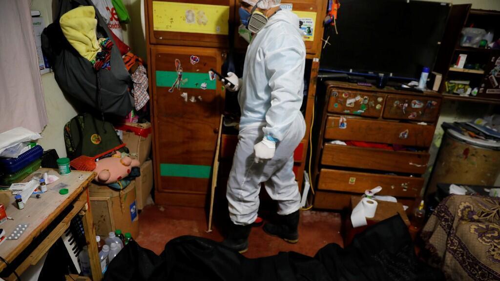 Un trabajador del crematorio Piedrangel se prepara para trasladar el cuerpo de un fallecido por coronavirus. En Lima, Perú, el 9 de junio de 2020.