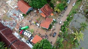 Des habitations effondrées à Carita en Indonésie après le passage du tsunami, le 23 décembre 2018