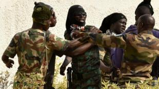Des soldats mutins, vendredi 6 janvier 2016, à Bouaké, deuxième ville de Côte d'Ivoire.