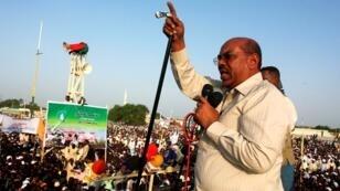 الرئيس السوداني عمر البشير أمام حشد من أنصاره عام 2008