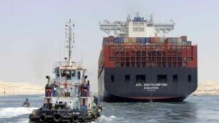 """سفينة تعبر """"قناة السويس الجديدة"""" 25 يوليو 2015"""