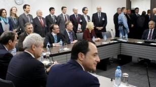 الرئيس القبرصي نيكوس أناستاسيادس (يسار) والزعيم القبرصي التركي مصطفى أكينجي (يمين) خلال مفاوضات جنيف 9 ك2/يناير 2017