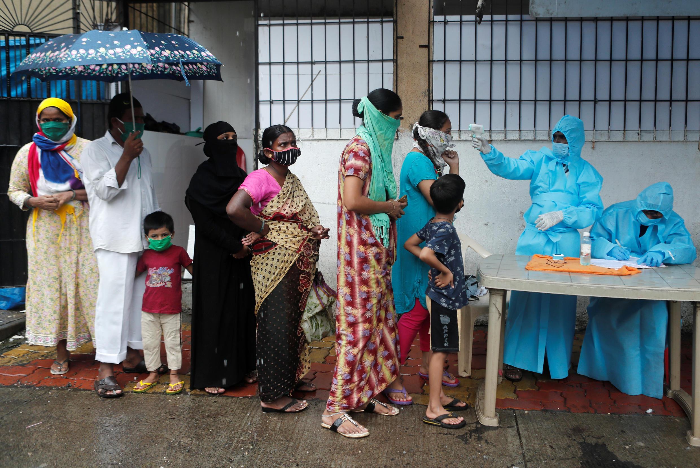 Des soignants vérifient la température de résidents lors d'une campagne de détection de coronavirus à Mumbai, en Inde, le 4 juillet 2020.