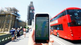 Fotografía ilustrativa que muestra la aplicación de transporte Uber y un autobús en Londres, Gran Bretaña.
