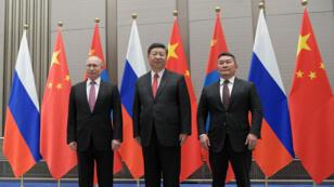 الرئيس الروسي فلاديمير بوتين والرئيس الصيني شي جينبينغ والرئيس المنغولي خالتما باتولغا خلال اجتماعهم الثلاثي على هامش قمة منظمة شنغهاي للتعاون 9 حزيران/يونيو 2018