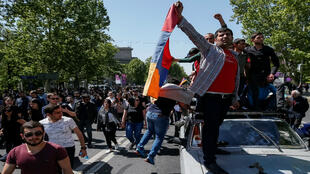 Los partidarios del líder opositor armenio Nikol Pashinian manifiestan contra la elite gobernante en Ereván, Armenia. 25 de abril de 2018