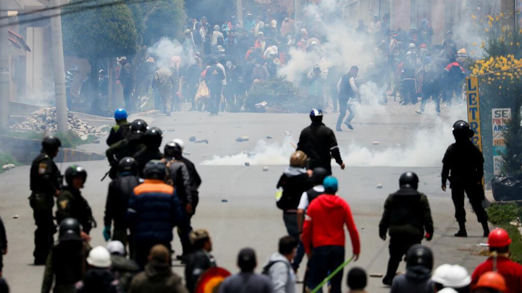 Partidarios del presidente Evo Morales y de la oposición se enfrentan durante una protesta, luego de que Morales anunciara su renuncia el domingo 11 de noviembre en La Paz, Bolivia.
