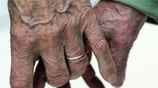 There are more than 900,000 people currently living with Alzheimer's disease in France