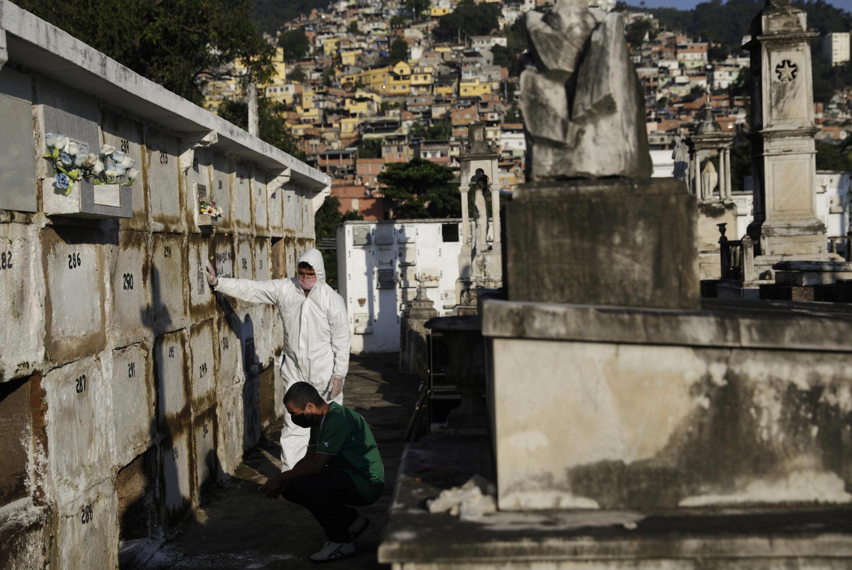 Un miembro de la familia, Avelino Neto, reacciona durante el funeral de su padre, Avelino Fernandes Filho, de 74 años, quien falleció por la enfermedad del coronavirus (COVID-19), en Río de Janeiro, Brasil, el 18 de mayo de 2020.