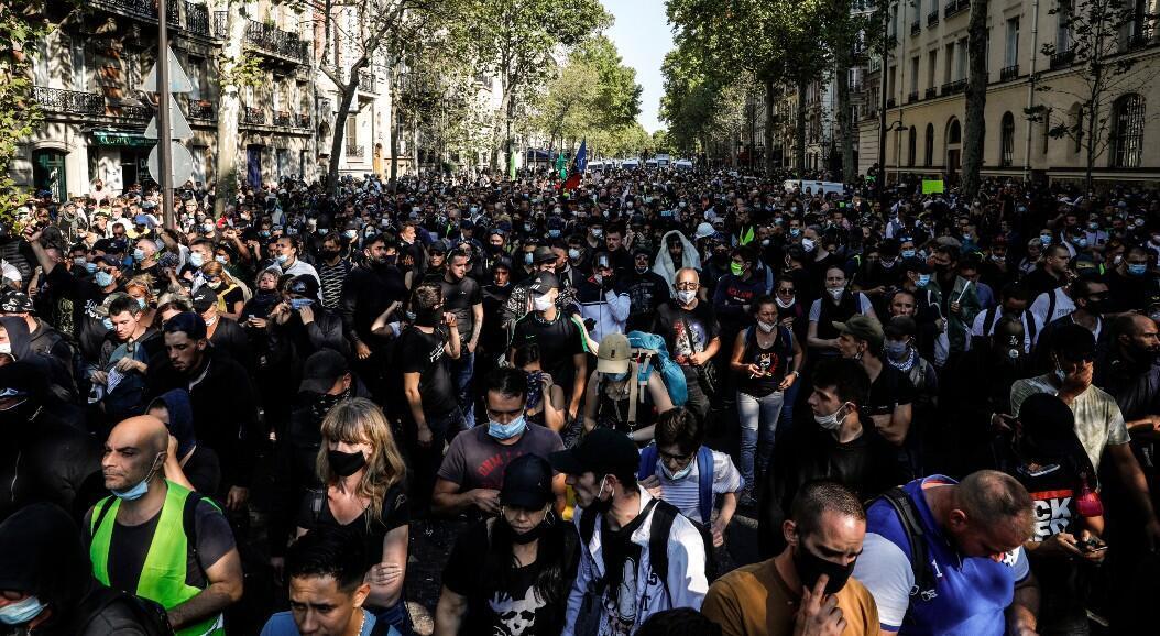 """Cientos de personas participaron en una protesta del movimiento """"chalecos amarillos"""", en París, Francia, el 12 de septiembre de 2020."""