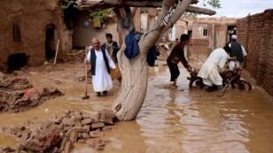 سكان يحاولون الهرب من السيول في هرات بأفغانستان 29 مارس/آذار 2019.
