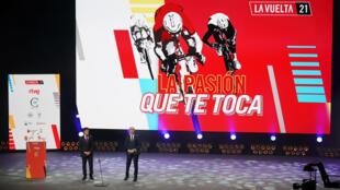L'ancien cycliste espagnol Pedro Delgado (g) et le journaliste Carlos de Andres, lors de la présentation officielle de la 76e édition de la Vuelta, le 11 février 2021 à Burgos