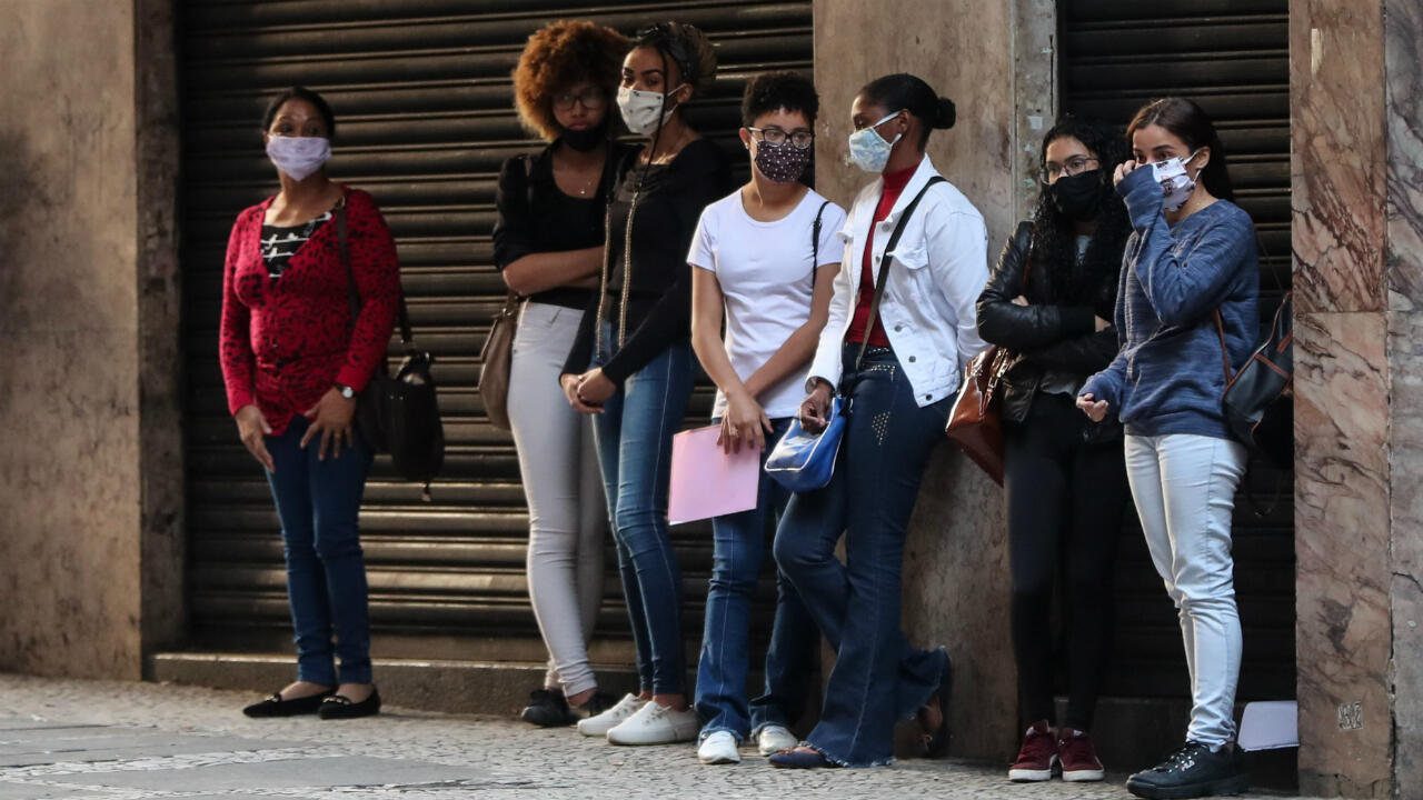 Imágenes de archivo. Varias personas hacen fila para aplicar a una opción de empleo, en Sao Paulo, Brasil.