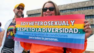 En 2018, des manifestations avaient régulièrement lieu devant la Cour suprême du Costa Rica pour exiger la légalisation du mariage entre personnes de même sexe.