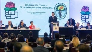 El presidente del Gobierno español, Pedro Sánchez, habla este martes 29 de enero ante las delegaciones de más de un centenar de partidos de la Internacional Socialista (IS), en Santo Domingo, República Dominicana.