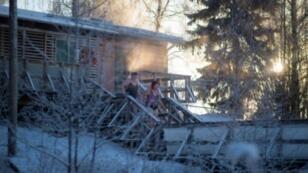 فنلدنيون سيغطسون في الثلج بعد حصة سونا 17 كانون الثاني 2017