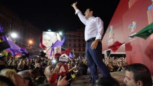 Le Premier ministre grec Alexis Tsipras fête sa victoire.
