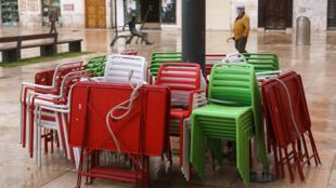 Sillas y mesas de la terraza de una cafetería permanecen recogidas en una calle de la ciudad castellano-leonesa de Burgos, el 21 de octubre de 2020 al norte de España