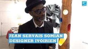 Le designer ivoirien Jean Servais Somian travaille le bois de cocotier pour le transformer en meubles.