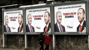 """Vallas publicitarias con el mensaje """"Gracias Estambul"""" del partido AKP con fotos del presidente turco Erdogan y del candidato a la alcaldía de Estambul Binali Yildirim. 1 de abril de 2019."""