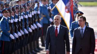Le Premier ministre albanais Edi Rama  (à gauche) et son homologue serbe, Aleksandar Vucic, à Belgrade, le 10 novembre 2014.