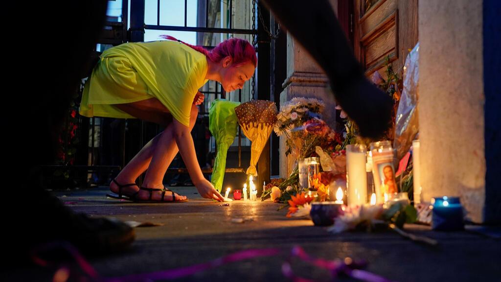 Una doliente deja una vela en el lugar de un tiroteo masivo en Dayton , Ohio, EE. UU., 4 de agosto de 2019.
