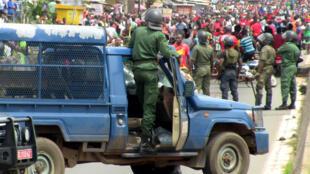 Des membres des forces de sécurité font face à des manifestants, le 24 octobre 2019 à Conakry.
