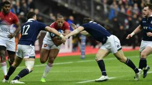 Plaquage d'Alex Dunbar sur Gaël Fickou pendant France-Écosse.