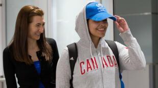 الشابة السعودية رهف محمد القنون لدى وصولها السبت إلى مطار تورنتو بكندا